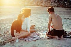 Les amis assez divers de nation et d'âge sur la côte ayant l'amusement, concept de personnes de mode de vie sur la plage vacation Images libres de droits