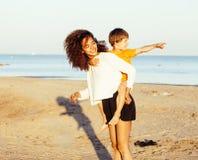 Les amis assez divers de nation et d'âge sur la côte ayant l'amusement, concept de personnes de mode de vie sur la plage vacation Photographie stock libre de droits