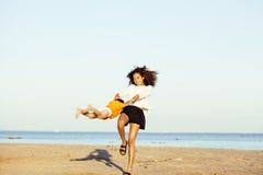 Les amis assez divers de nation et d'âge sur la côte ayant l'amusement, concept de personnes de mode de vie sur la plage vacation Photos libres de droits