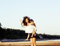Les amis assez divers de nation et d'âge sur la côte ayant l'amusement, concept de personnes de mode de vie sur la plage vacation Image stock