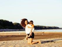 Les amis assez divers de nation et d'âge sur la côte ayant l'amusement, concept de personnes de mode de vie sur la plage vacation Photographie stock