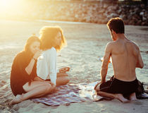 Les amis assez divers de nation et d'âge sur la côte ayant l'amusement, concept de personnes de mode de vie sur la plage vacation Photo libre de droits