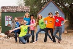 Les amis au camp temporaire posent ensemble photos stock