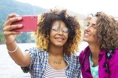 Les amis avec Mobil téléphonent dehors Photos libres de droits