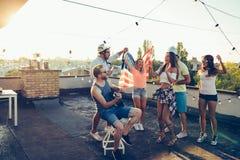 Les amis ayant l'amusement dehors et sont heureux Images libres de droits