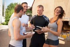 Les amis ayant un barbecue après forme physique établissent Image stock