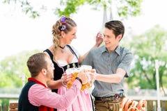 Les amis beergarden dedans les verres tintants avec de la bière Image stock