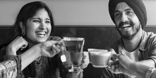 Les amis boit le concept heureux d'acclamations Photographie stock libre de droits