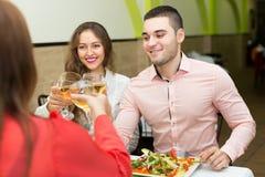 Les amis célèbre des vacances dans le restaurant Photo libre de droits