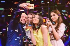 Les amis célèbrent l'événement, rire, la danse et le champagne potable Images stock