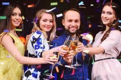 Les amis célèbrent l'événement, rire, la danse et le champagne potable Image libre de droits