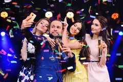 Les amis célèbrent l'événement, rire, la danse et le champagne potable Image stock