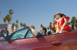 Les amis conduisant dans la voiture convertible à Venise échouent Images libres de droits