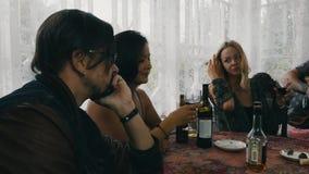 Les amis détendent dans la maison de campagne Guitare de jeu d'homme Homme avec le cognac rouge de boissons de nez clips vidéos