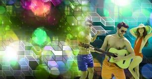 Les amis d'été d'amusement jouant la guitare avec la partie géométrique allume l'atmosphère de lieu de rendez-vous image libre de droits