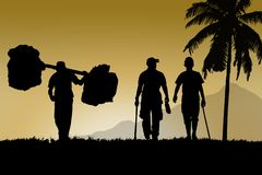 Les amis d'homme marchent ensemble et porteur pour le voyage Image libre de droits
