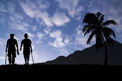 les amis d'homme marchent ensemble pour le voyage sous le ciel bleu Image stock