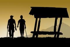 les amis d'homme marchent ensemble près de la carlingue pour le voyage et traînent le sport Photos stock