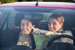 Les amis dans la voiture apprécient le voyage par la route Images stock