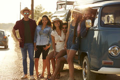 Les amis dans un camping-car font un bord de la route s'arrêter, intégral Photo libre de droits