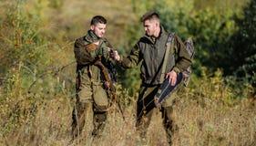 Les amis de chasseurs appr?cient des loisirs Associ? de braconnier - dans - crime Activit? pour le vrai concept d'hommes Garde-ch photographie stock libre de droits