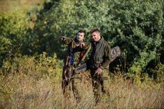 Les amis de chasseurs appr?cient des loisirs Chasseurs avec des fusils dans l'environnement de nature Associ? de braconnier - dan image libre de droits