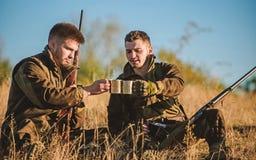 Les amis de chasseurs appr?cient des loisirs Chasseurs satisfaits de la boisson de chauffage de boissons de crochet Repos pour le photographie stock