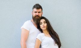 Les amis de couples traînent ensemble Équipement élégant de la jeunesse simple mais moderne Jeune et élégant Caresse blanche de c image stock