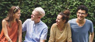 Les amis de hippie parlant le bonheur détendent le concept Photographie stock