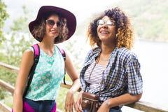 Les amis de la visite et du voyage avec des vacances tracent Photo stock