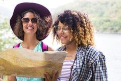 Les amis de la visite et du voyage avec des vacances tracent Photos stock