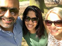 Les amis de métis prennent un selfie de groupe Image libre de droits