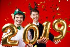 Les amis de nouvelle année et de Joyeux Noël font la fête photos libres de droits