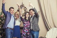 Les amis de quatre hommes et femmes avec le bacale célèbrent avec le champag Image libre de droits