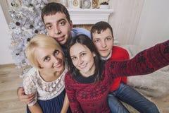 Les amis de quatre hommes et femmes font l'autoportrait sur le mobile Images stock