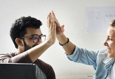 Les amis de techniciens d'ordinateur frappe leurs paumes ensemble Photos libres de droits