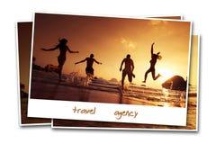 Les amis de voyage échouent l'eau de contexte de sable de concept de photo Images libres de droits