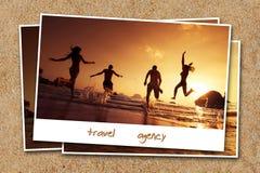 Les amis de voyage échouent l'eau de contexte de sable de concept de photo Photos libres de droits