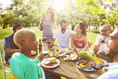 Les amis dehors font la fête la célébration traînant le concept Images libres de droits