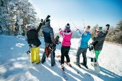 Les amis des vacances d'hiver sur la montagne complètent Vue arrière Image libre de droits