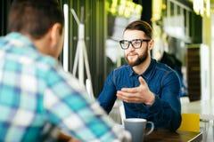 Les amis discutent boire du café dans un café Photographie stock