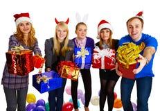 Les amis donnent des cadeaux l'an neuf Images libres de droits