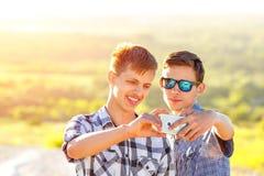 Les amis drôles prennent des selfies un jour ensoleillé photos libres de droits