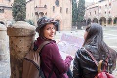Les amis en vacances à Bologna visitant le ` s de St Stephen ajustent Images libres de droits