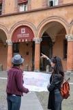 Les amis en vacances à Bologna visitant le ` s de St Stephen ajustent Photos libres de droits