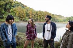 Les amis explorent le concept de nature dehors Photo stock