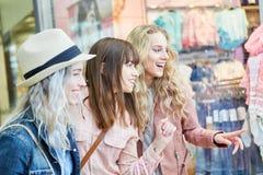 Les amis féminins admirent la mode Photos libres de droits