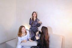 Les amis féminins amicaux frais passent le temps et bavardent, célèbrent h Photos libres de droits