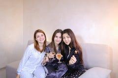 Les amis féminins amicaux frais passent le temps et bavardent, célèbrent h Images libres de droits