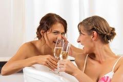 Les amis féminins font la santé avec le champagne Photos libres de droits